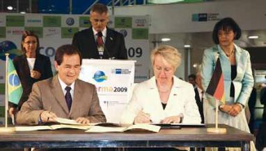 Representatives of the BMBF and the MCTI sign the Memorandum of Understanding for the funding of ATTO.