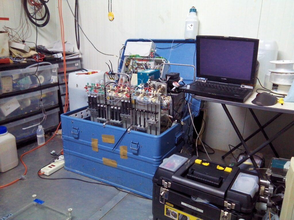 GRAEGOR detector unit for measuring trace gases like nitrogen in the laboratory container. © Robbie Ramsay / University of Edinburgh