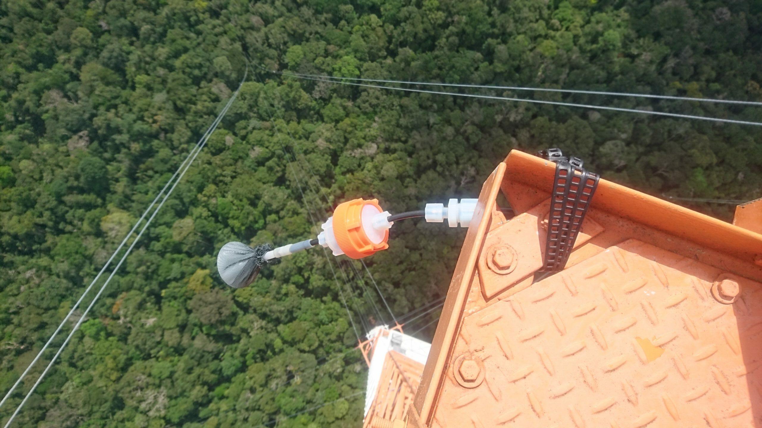 Lufteinlassschlauch an der Spitze des ATTO-Turms. © Eva Pfannerstill / MPI-C