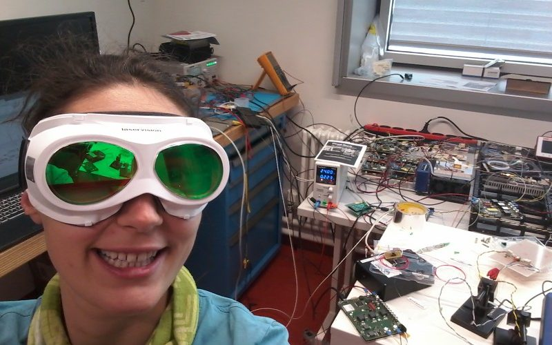 Carolina with laser protection glasses in the lab, where she began developing her instrument. © Carolina Nelson / MPI-C