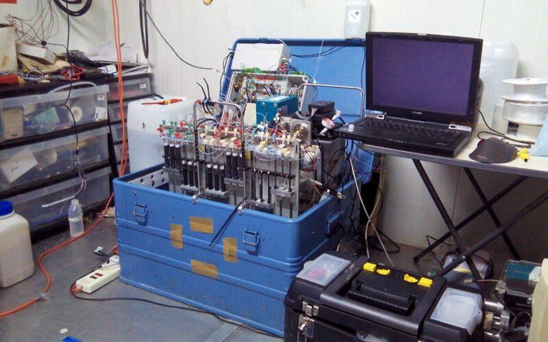 Unidade de detecção GRAEGOR no contêiner do laboratório. © Robbie Ramsay / University of Edinburgh
